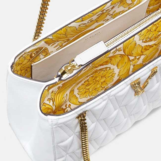 Kiểm tra mùi của Túi Versace giúp phân biệt hàng chính hãng