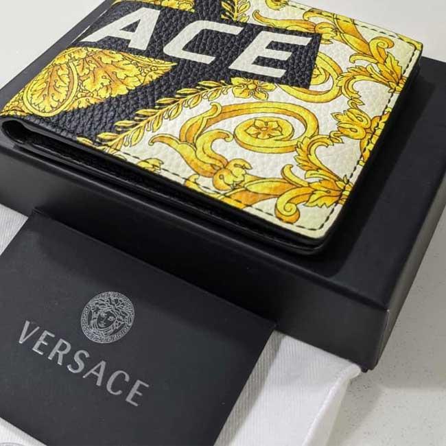 Kiểm tra bao bì của Túi Versace giúp phân biệt hàng chính hãng