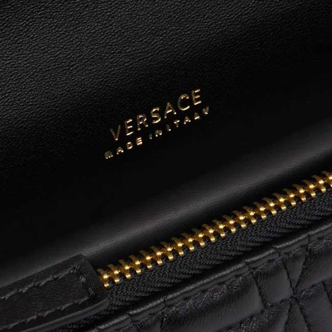 Kiểm tra logo của Túi Versace giúp phân biệt hàng chính hãng