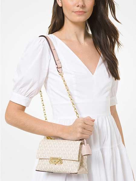 Túi đeo chéo có logo Michael Kors Cece màu trằng kẻ ghi hồng