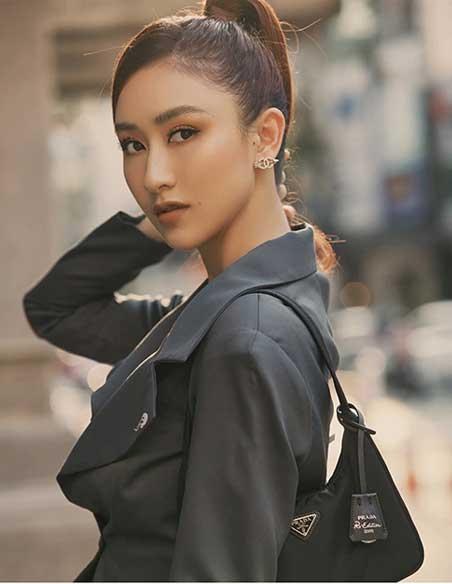 Hà Thu diện túi đeo vai Prada màu đen