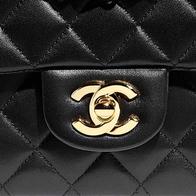 Khóa CC mạ vàng đặc trưng của dòng túi Chanel Vintage